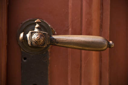 Сосед заварил дверь пенсионерки