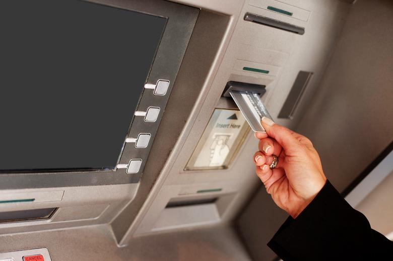 На одном из банкоматов Сбербанка нашли считывающее устройство