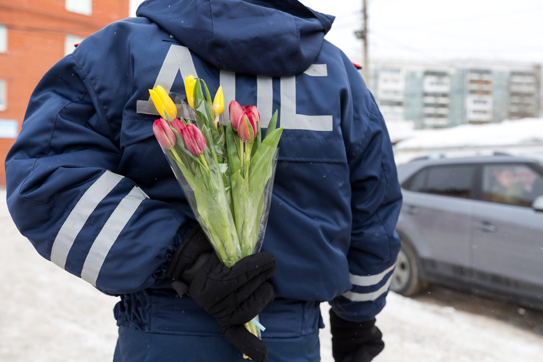 «Цветочный патруль»: сотрудники ГИБДД подарили томским автоледи 200 тюльпанов