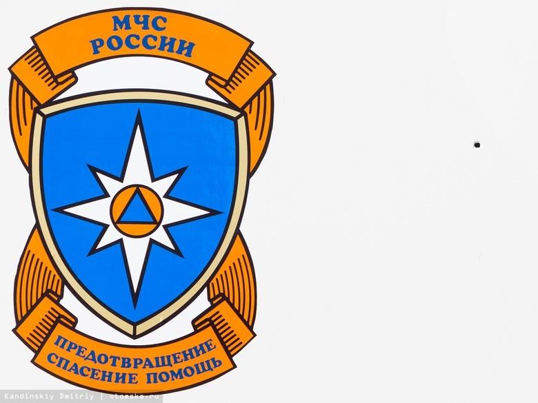 Пожарные спасли двоих через окно горящего дома в Томске