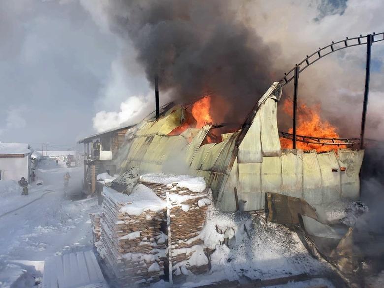 Деревообрабатывающий цех загорелся на Иркутском тракте