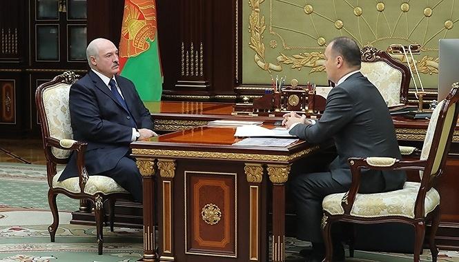 Александр Лукашенко и Роман Головченко (справа)