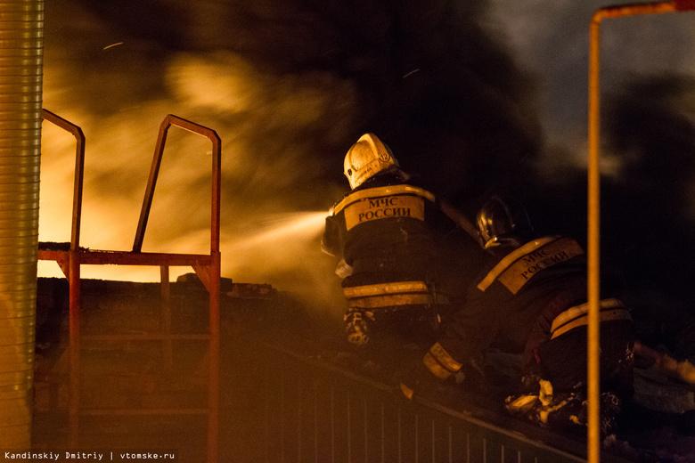 Пожар площадью неменее 1200 м2 пылает вТомске