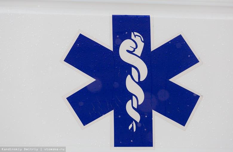 «Москвич» врезался в бетонный блок в асиновском селе, двое пострадали