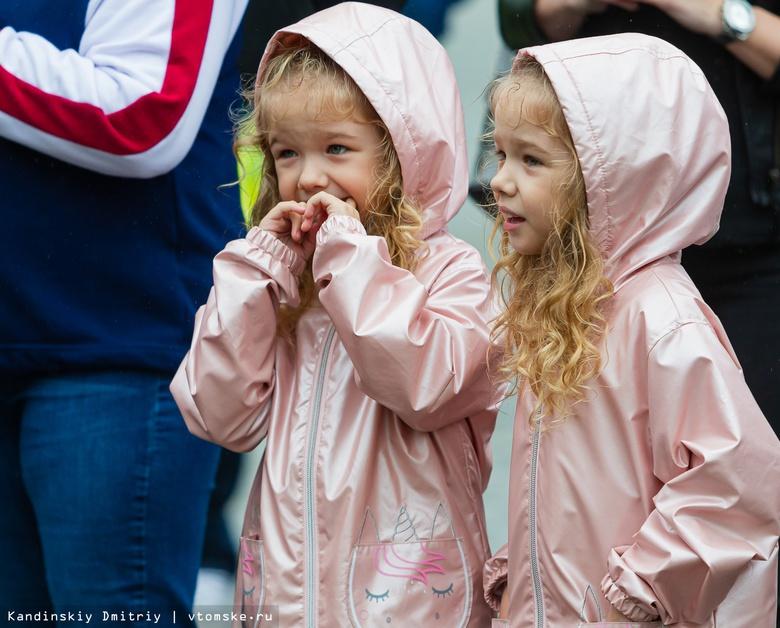 Как две капли: парад близняшек и двойняшек прошел в Томске