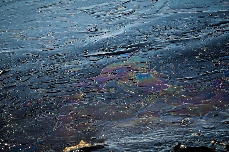 В Находке произошел разлив нефтепродуктов. Собрали 1,1 тыс литров загрязненной жидкости