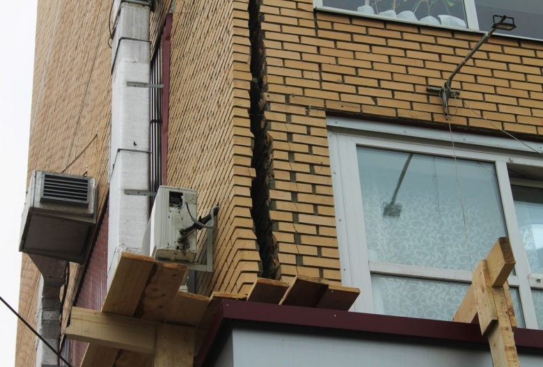 Стена из облицовочного кирпича многоэтажки на ул. Дальне-Ключевской пошла трещинами