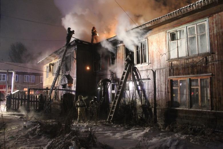 Шесть человек спасли пожарные из горящего дома на Черемошниках