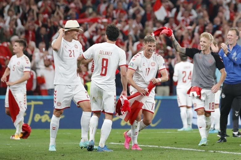 Сборная Дании радуется победе в матче с российской сборной