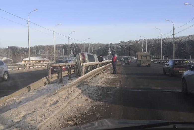 Nissan перевернулся и застрял в дорожном ограждении на Балтийской