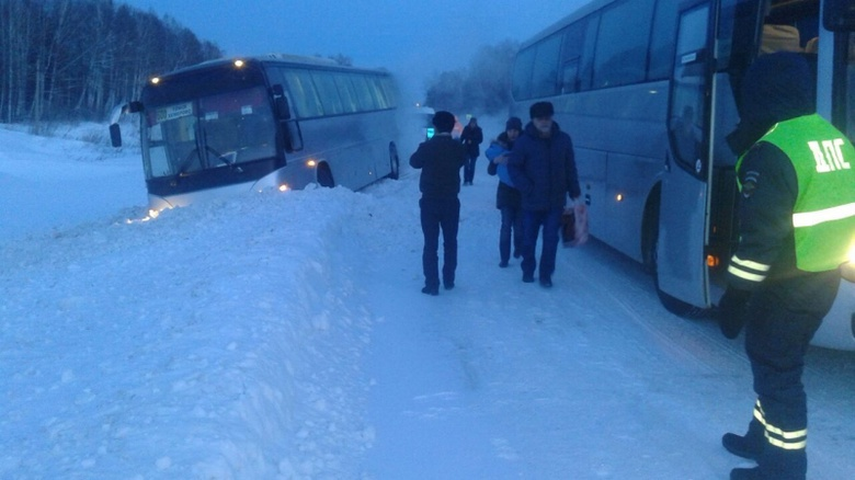 Сотрудники ГИБДД спасли пассажиров рейсового автобуса замерзавших под Томском