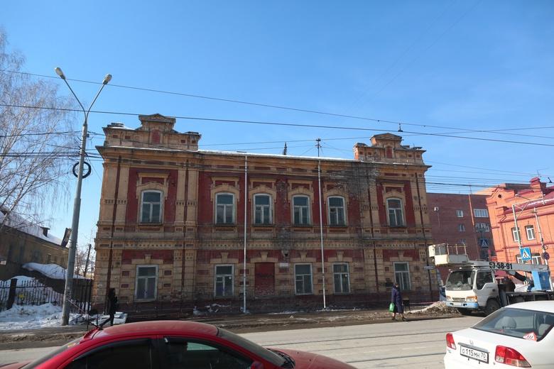 Собственник снял рекламу с фасада томского дома-памятника