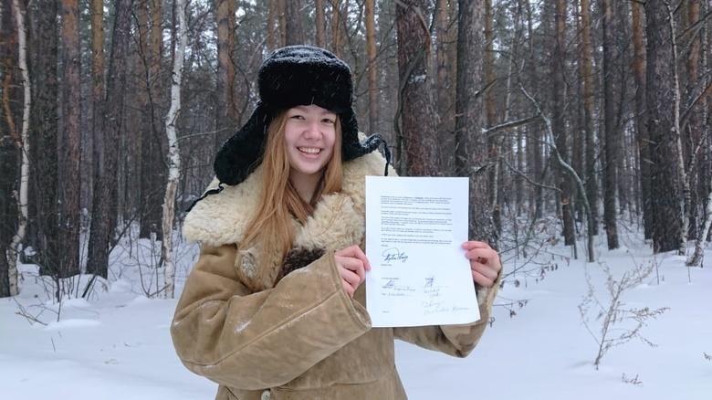 Диана Костырина с подписанным со Стивеном Кингом контрактом на экранизацию рассказа «Женщина в комнате»