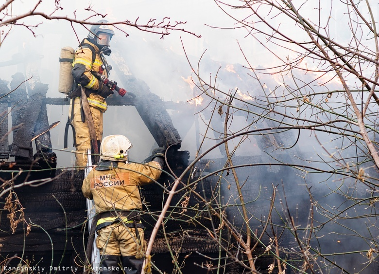 Заброшенный деревянный дом сгорел в Томске
