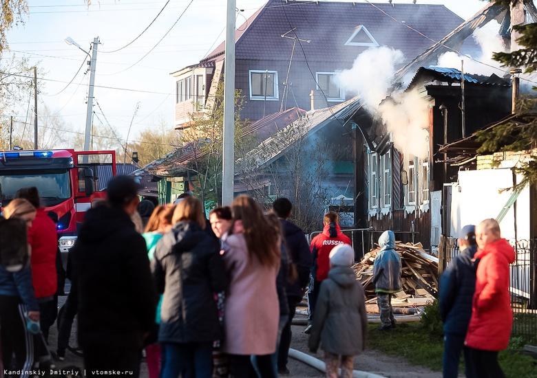 Деревянный дом горит на Черемошниках в Томске