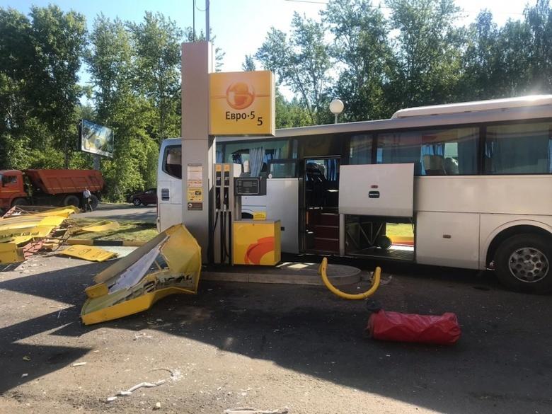 Автобус с пассажирами врезался в заправку в Томске, уворачиваясь от КамАЗа