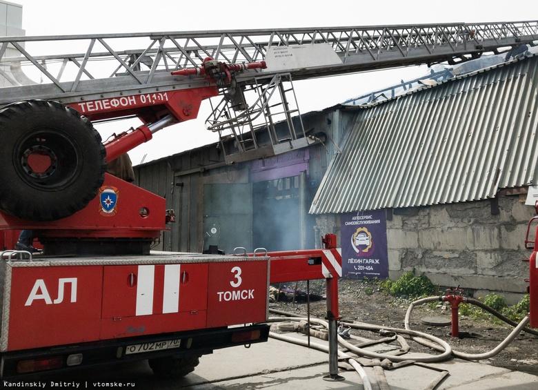 Здание автосервиса горит рядом с АЗС в Томске