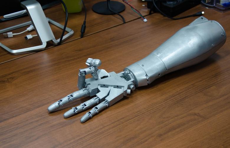 Разработка томичей позволит управлять протезом руки силой мысли