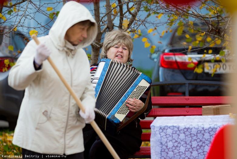 Песни под гармонь, опавшая листва и посадка деревьев: как в Томске прошел субботник