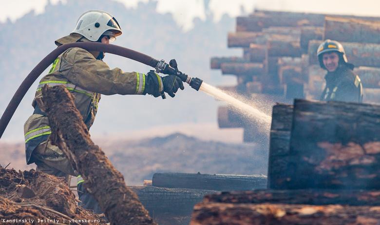 Штабеля древесины загорелись на пилораме на окраине Томска