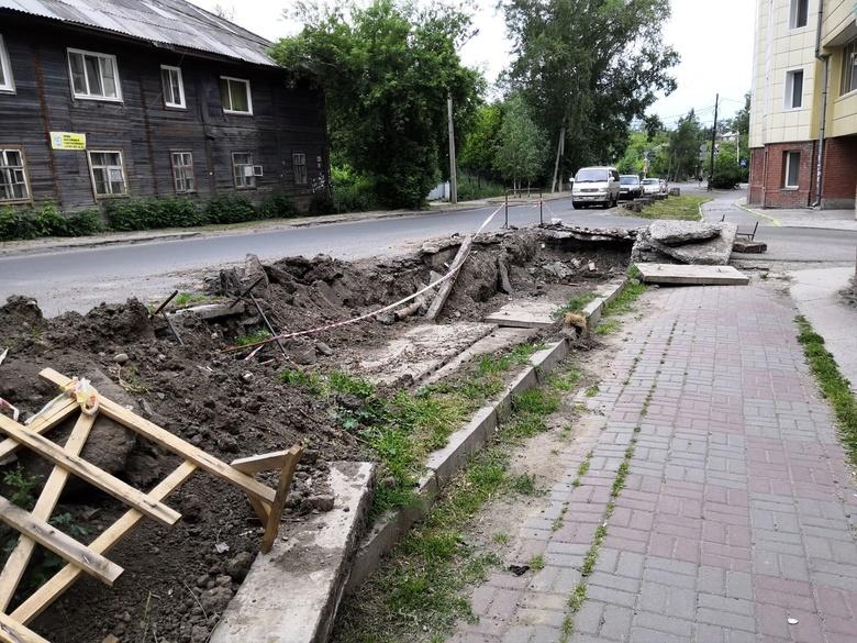 Частный забор мешает «ТомскРТС» устранить дефект на теплосетях по ул.Алтайской