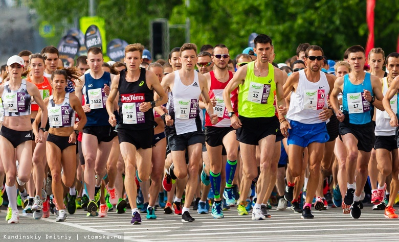 Бегуны на старте марафона в Томске, 2019 год