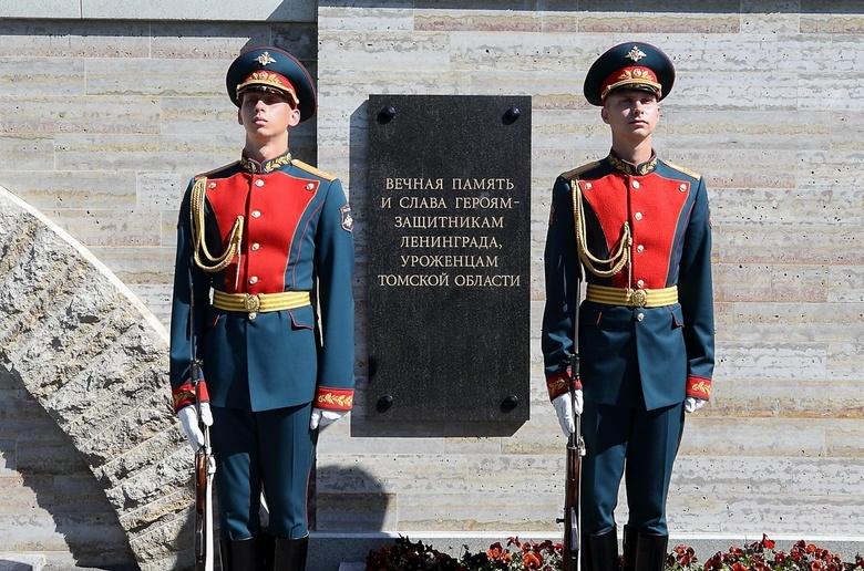 Жвачкин открыл в Петербурге памятную плиту томичам,защищавшим блокадный Ленинград