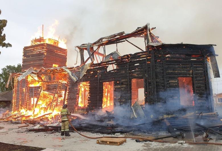 Деревянная церковь горит в Зоркальцево