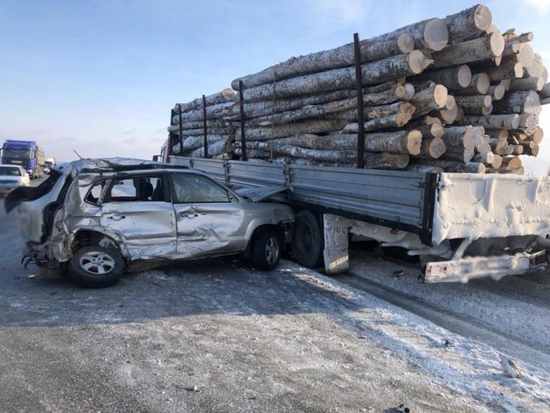 Двое попали в больницу после столкновения Hyundai с Toyota и лесовозом вблизи Томска