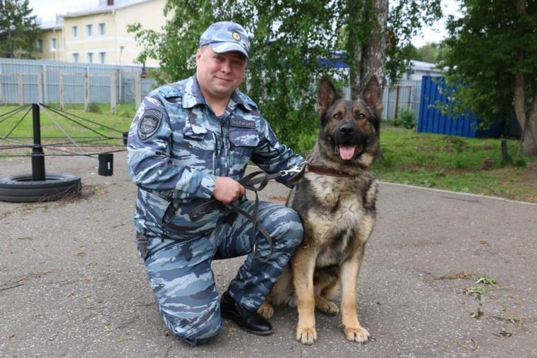 Служебная собака помогла полицейским найти у жителя Томска 100 пакетиков с наркотиками