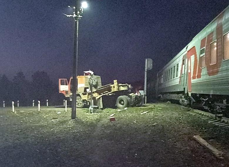 Поезд Адлер — Томск столкнулся с КамАЗом. Вагоны сошли с рельсов