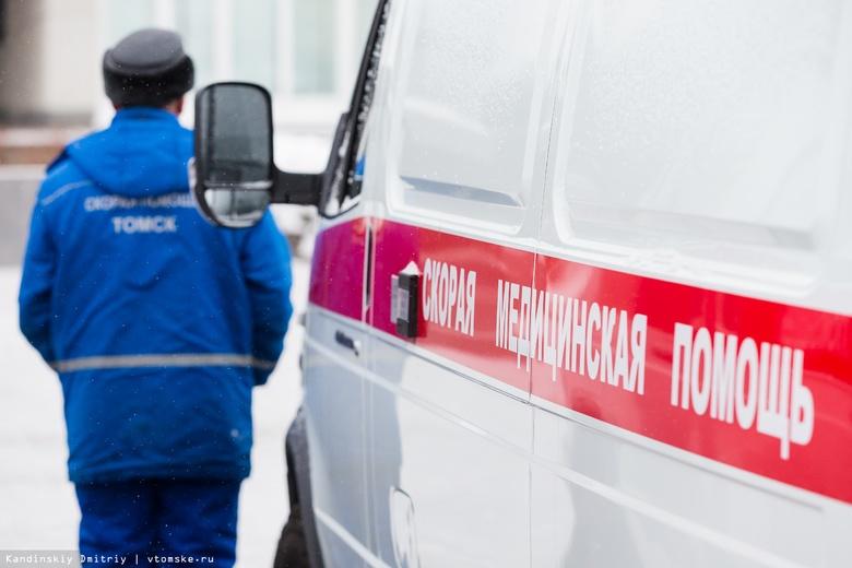 Nissan без водителя врезался в 2 машины и сбил пешехода во дворе дома в Томске