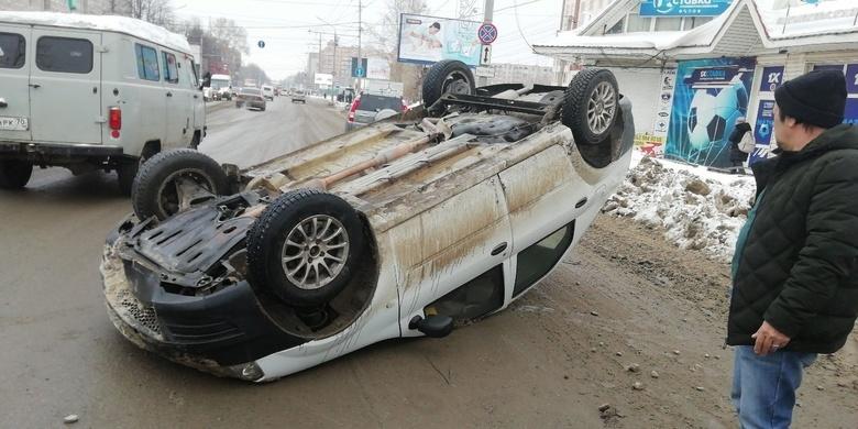 Машина перевернулась на крышу на Южной в Томске