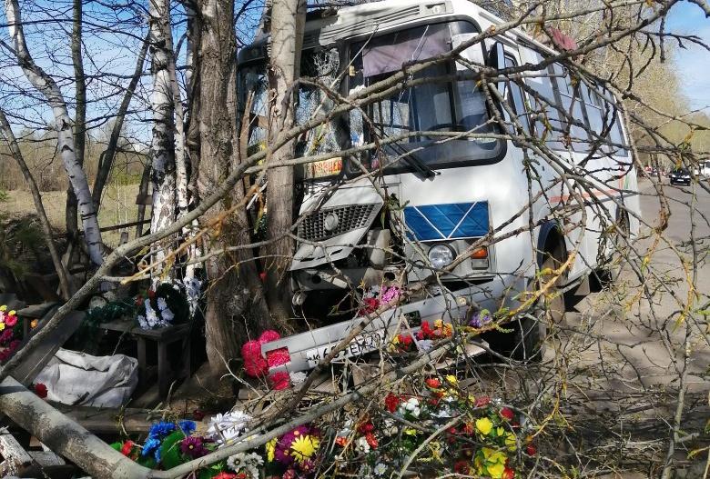 Водитель маршрутки врезался в дерево в районе Бактина, когда рассчитывал пассажира