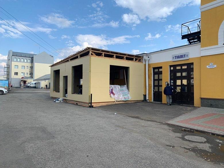 Неизвестные начали незаконно строить павильон вплотную к зданию вокзала Томск-I