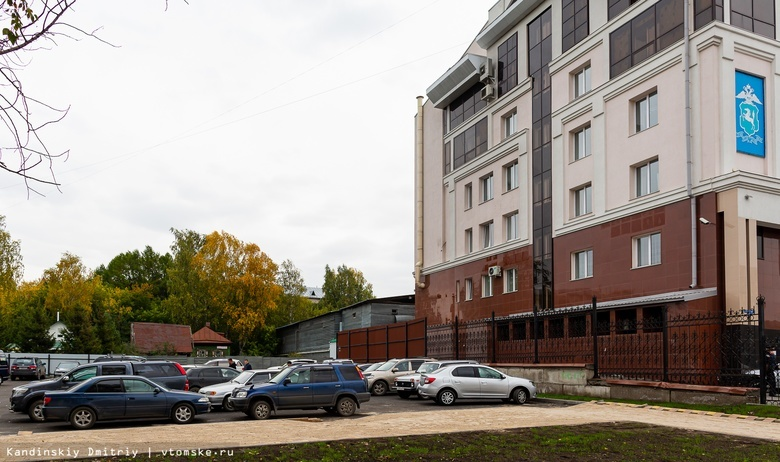 «Заложники тактического урбанизма»: двор дома в Томске превратили в большую парковку