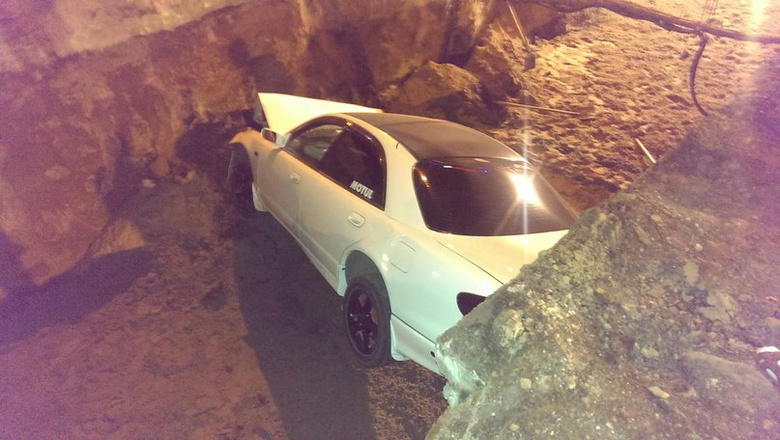Ночью на Мира автомобиль провалился в котлован (фото)