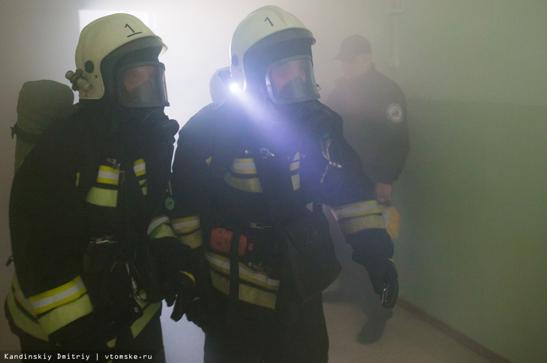 Пожарные ночью спасли двух человек из горящей квартиры в Томске