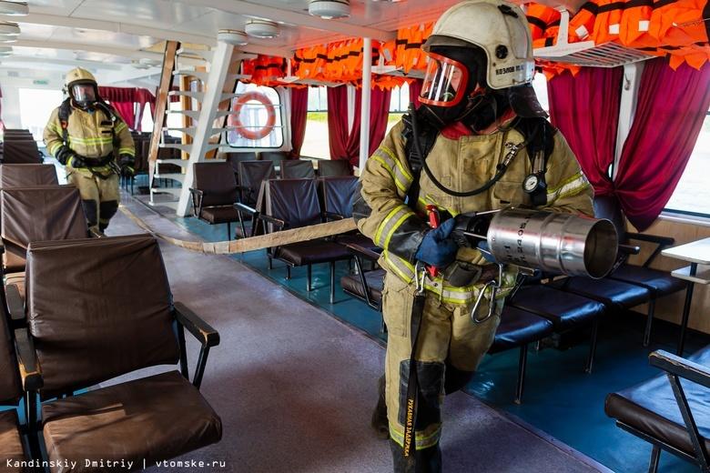 Пожарные эвакуировали пассажиров с «горящего» теплохода на Томи