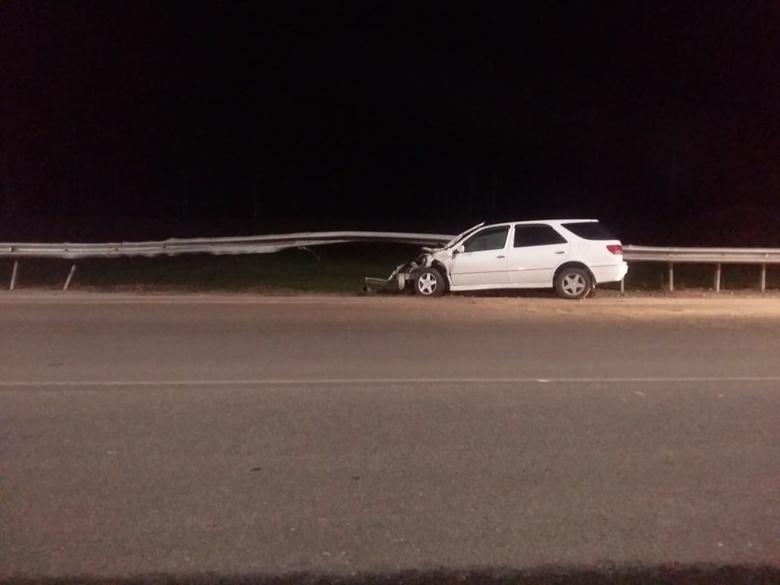 Toyota Vista сбила пешехода на обочине Богашевского тракта и врезалась в ограждение