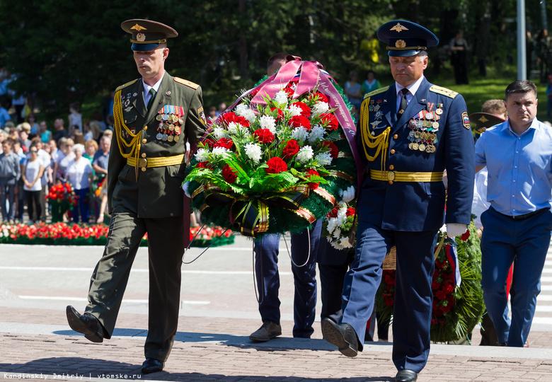 Томичи возложили цветы на Южном кладбище в память о погибших в ВОВ
