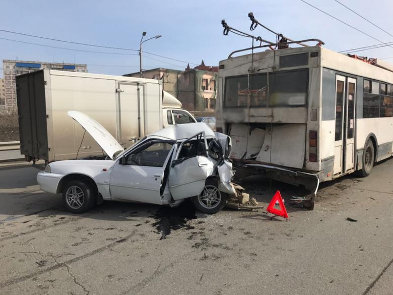 Daewoo Nexia врезалась в троллейбус на пушкинской развязке в Томске