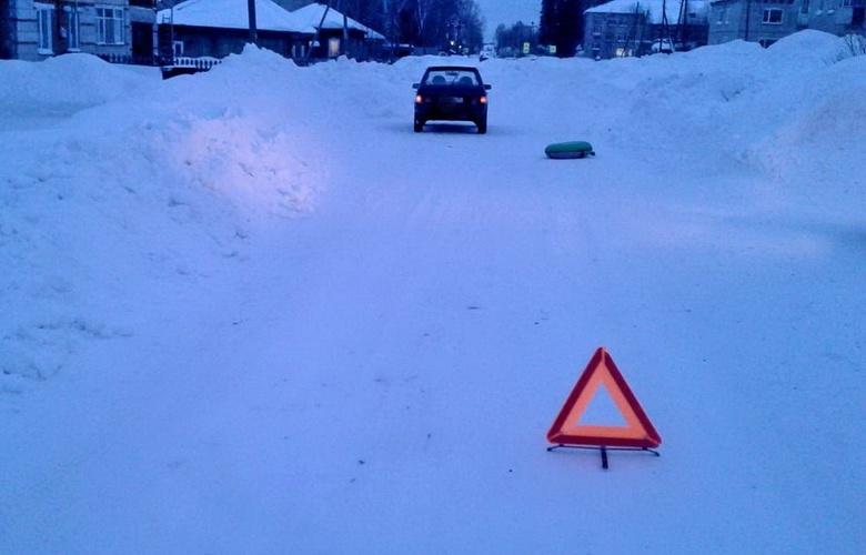 Катавшийся на «ватрушке» ребенок угодил под колеса ВАЗа в селе Томской области
