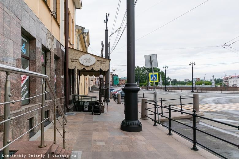 «Выдавливают пешеходов»: томичей удивили новые фонари посередине тротуара на Ленина