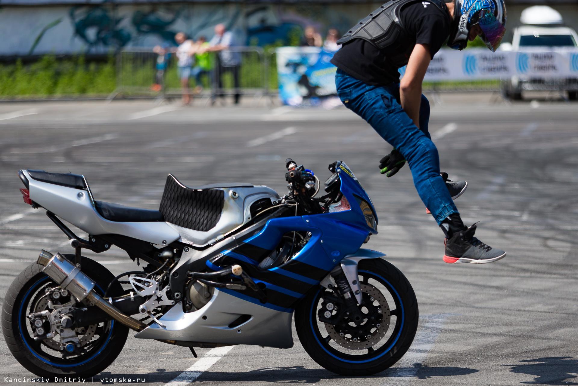 Трюки на заднем колесе: чемпионат по мотоджимхане и стантрайдингу в Томске