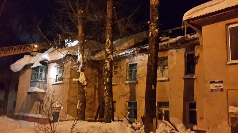 ВТомске под тяжестью снега рухнула крыша жилого дома
