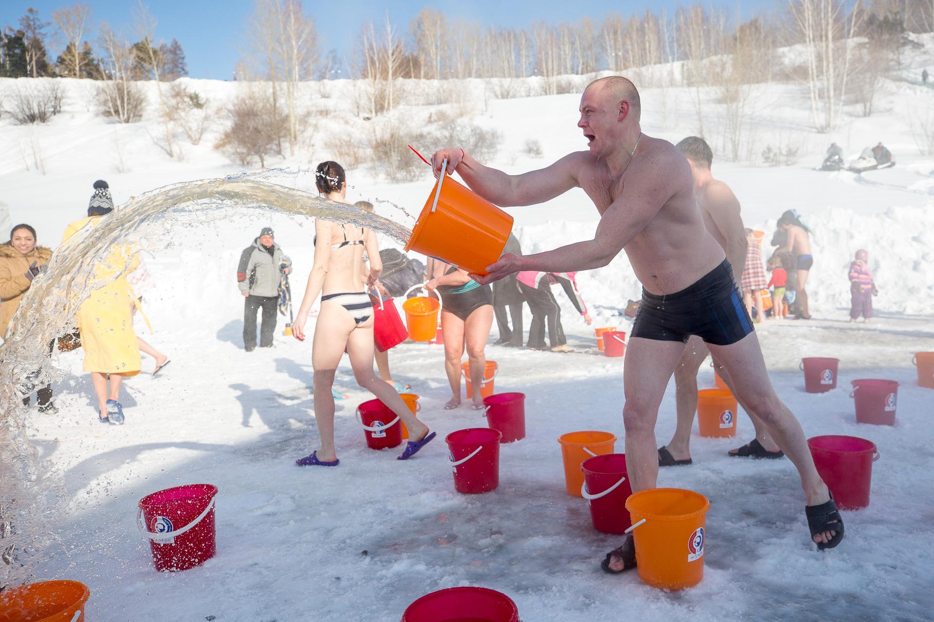 Томичи встретили весну, вылив на себя 600 ведер с водой в Лагерном саду
