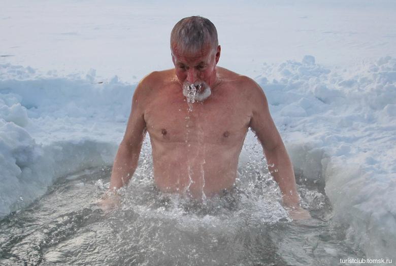 Томские «моржи» в разгар аномальных морозов искупались в проруби