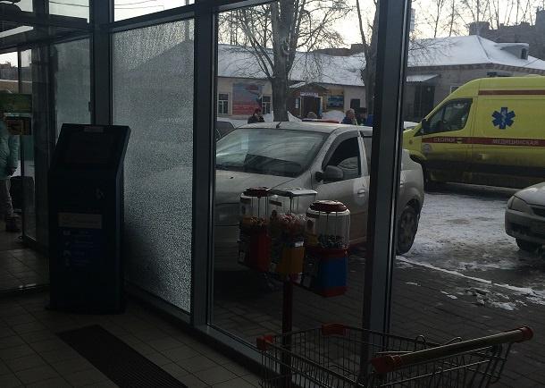 Водитель Renault въехал в витрину супермаркета в Томске