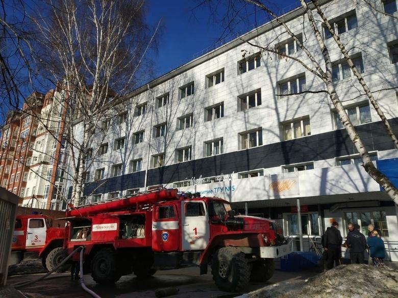 Около 70 человек эвакуировались из-за пожара в подвале общежития ТГУ